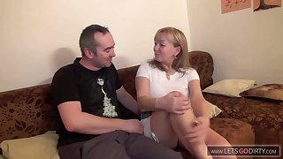 Die Nachbars Milf mit enger Fotze auf der Couch befridigt