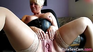Discourteous Haired Fair-haired MILF Issuing and Masturbating Pussy unaffected hard by Webcam